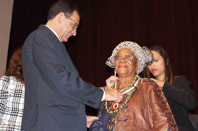 Jabes presta homenagem justa e merecida a Mãe Ilza, símbolo ilheense da cultura afro-brasileira. Só falta vetar a intolerância da câmara. Imagem: Emílio Gusmão.