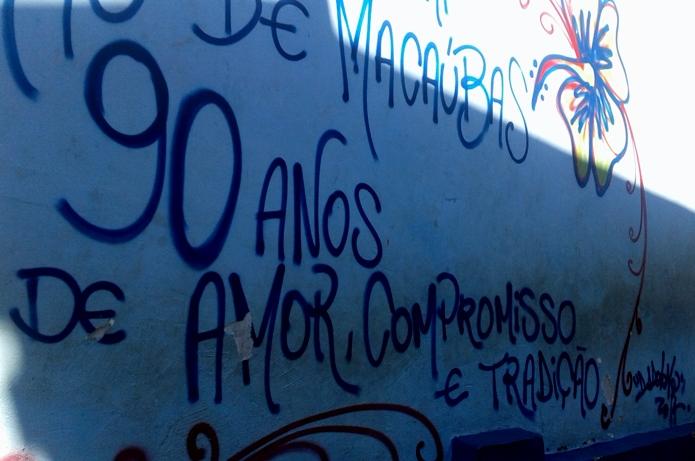 Belo grafite lembra que a Escola Barão de Macaúbas tem 90 anos.