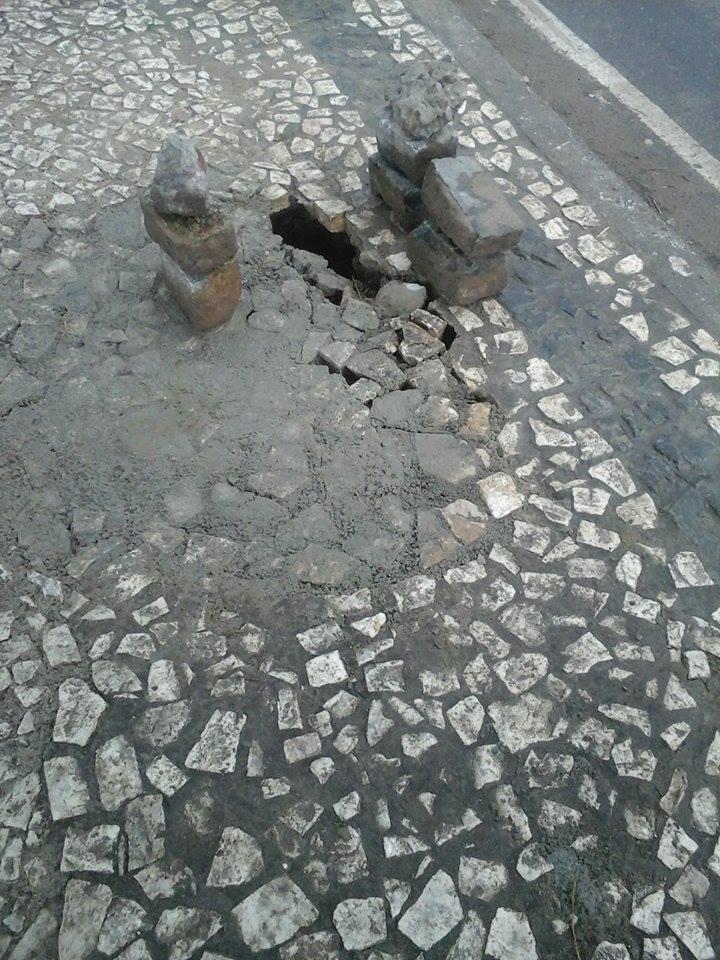 Autor das imagens usou pedras para sinalizar o perigo.
