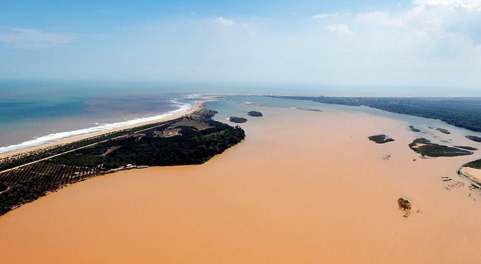 Lama da Samarco na foz do Rio Doce, no Espírito Santo. Imagem: Secom-ES.