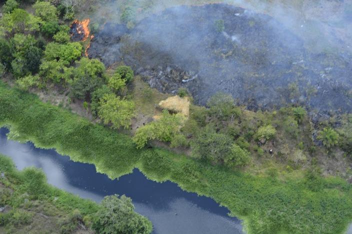 Fogo na mata que cerca a bacia do Rio Almada. Imagens: Blog Acorda Meu Povo.
