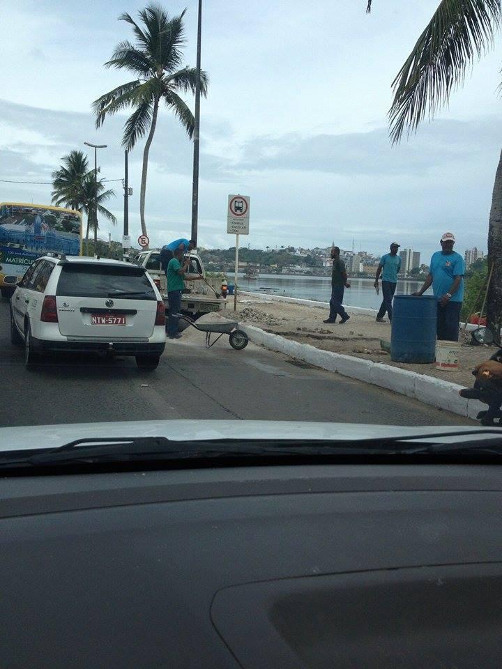 Servidores ocupam faixa exclusiva para consertar calçada. Imagem cedida ao Blog do Gusmão.