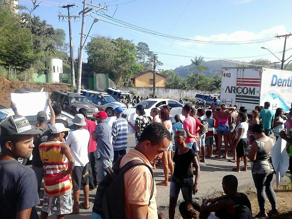 Manifestantes ocupam entrada do bairro desde o início dessa manhã.