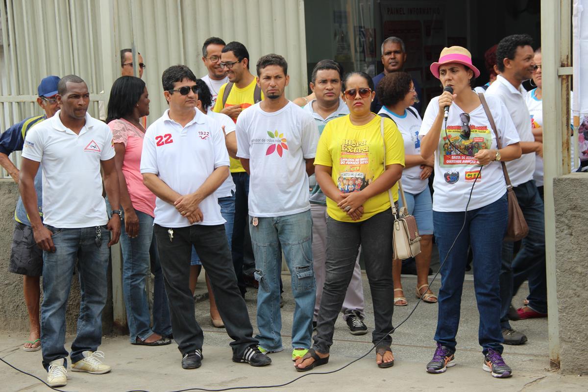 Wilmaci (com o microfone) lidera protesto dos servidores de Itabuna.