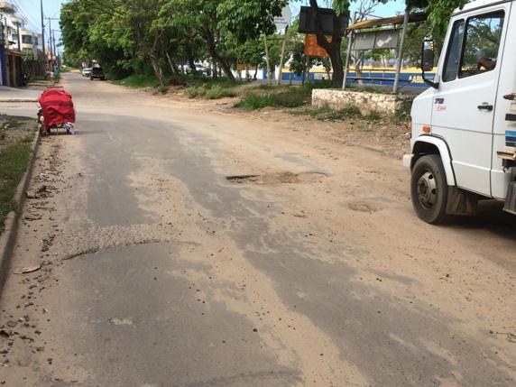 """A """"película asfáltica"""" aplicada há pouco tempo na rua em frente à AABB já derreteu. Imagem: Emílio Gusmão."""