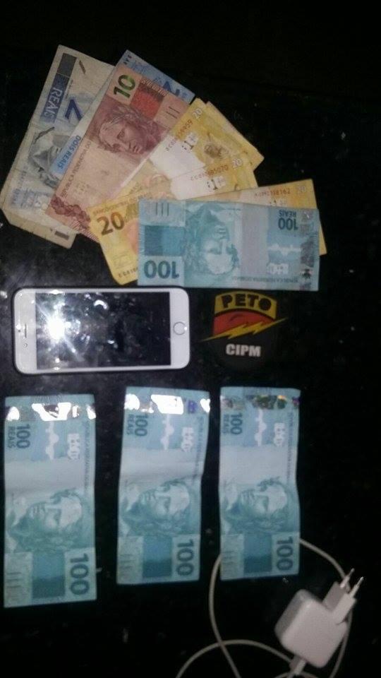As três cédulas de cem reais na parte de baixo da imagem são falsas, segundo a PM. Imagem: Polícia Militar.