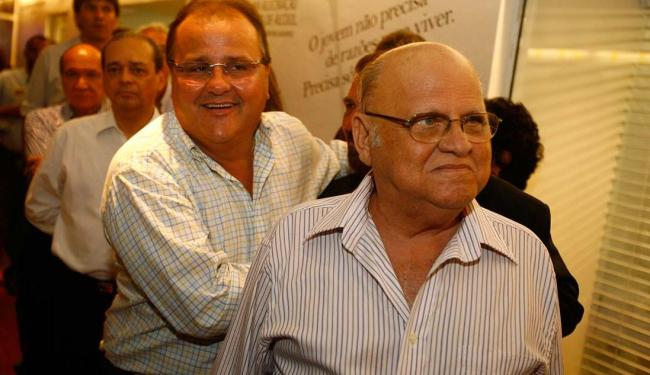 Geddel atrás do pai, o ex-deputado federal Afrísio Vieira Lima. Imagem: A Tarde.