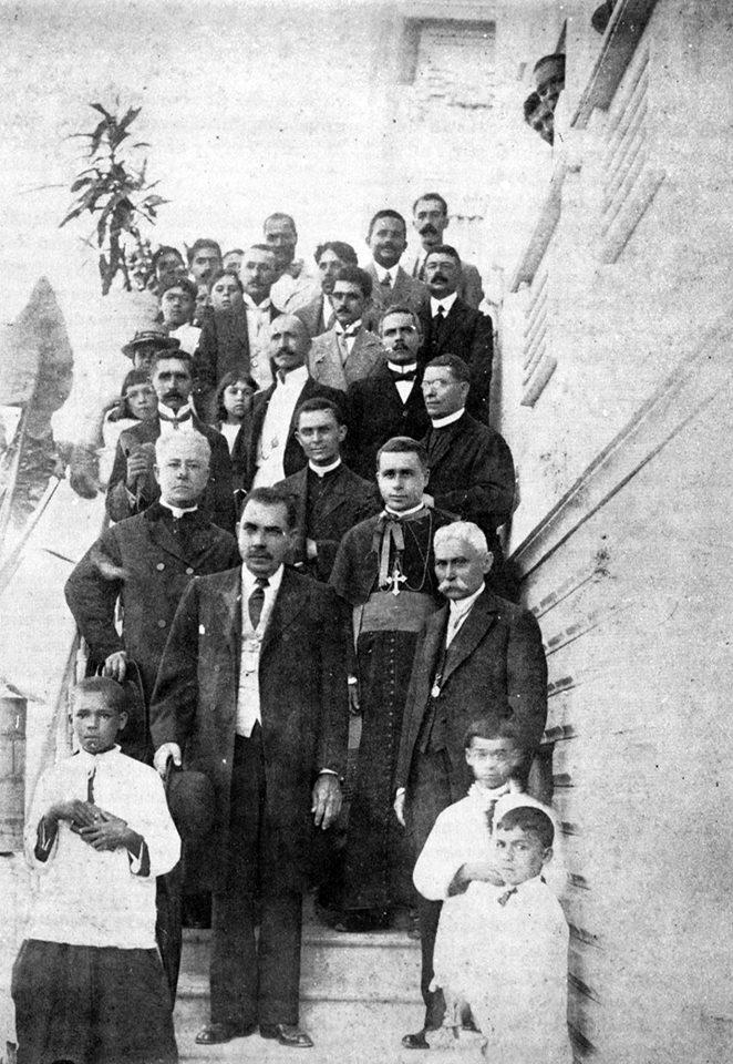 Autoridades que participaram da inauguração do prédio, em 1915.