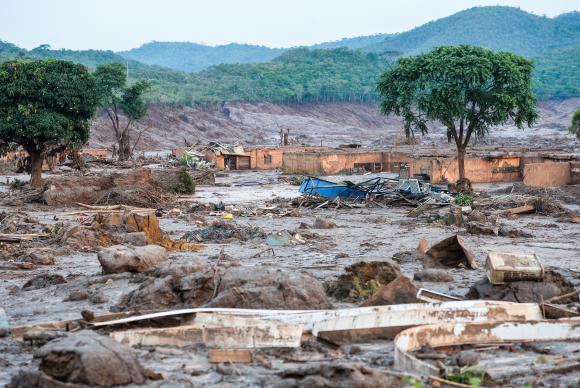 Rompimento da barragem do fundão em Mariana deixou cenário de muita lama e destruição. Imagem: Antonio Cruz/Agência Brasil.