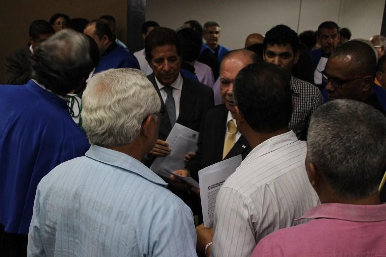 Secretário de educação e vice-governador recebem carta de repúdio ao governo Rui Costa. Imagem: ADUSC.