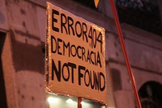 """Em tradução livre, o cartaz diz """"democracia não encontrada""""."""