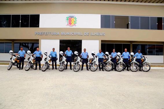 Entrega das motos com direito a plano conjunto e luvas emprestadas usadas pelos agentes. Foto: SECOM.
