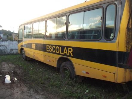 Ônibus escolar abandonado num galpão do Ilhéus II.