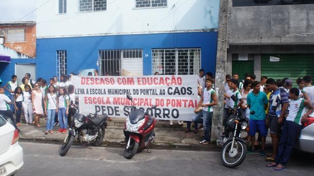 Estudantes reunidos em frente ao Instituto Municipal do Pontal. Imagem: APPI/Ascom.