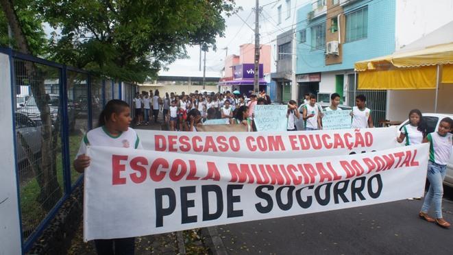 """Estudantes pedem """"socorro"""". Imagem: APPI/Ascom."""