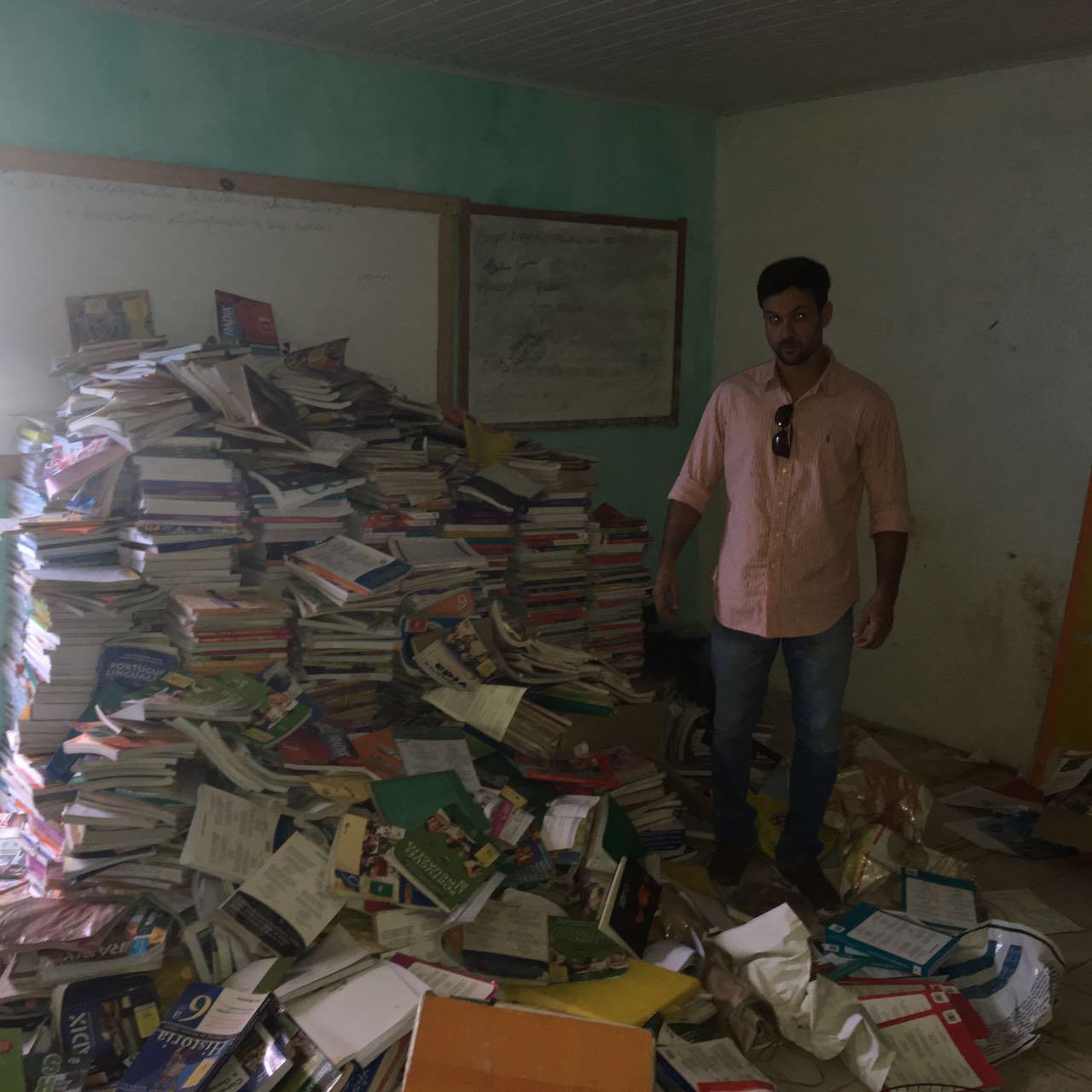 Vereador Lukas Paiva mostra livros amontados na escola.