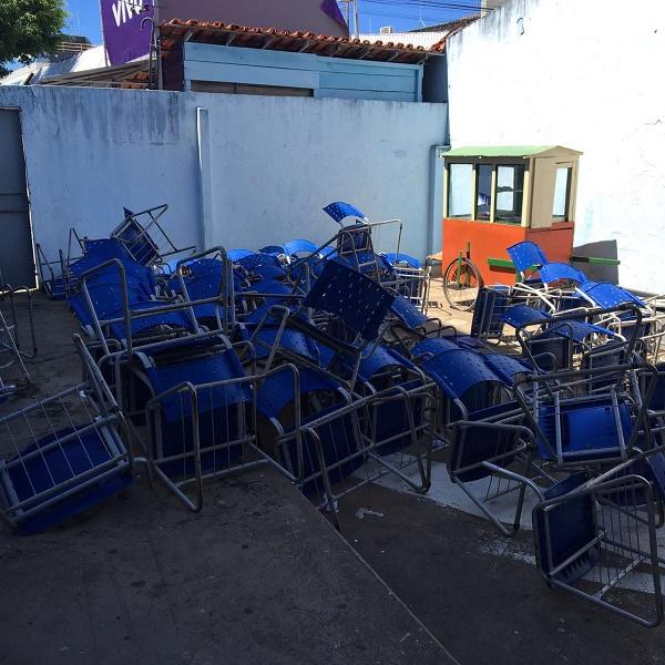 Cadeiras empilhadas no IMP.