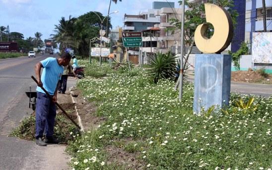 Limpeza na entrada do Ceplus, zona sul. Imagem: Gidelzo Silva/Secom-Ilhéus.