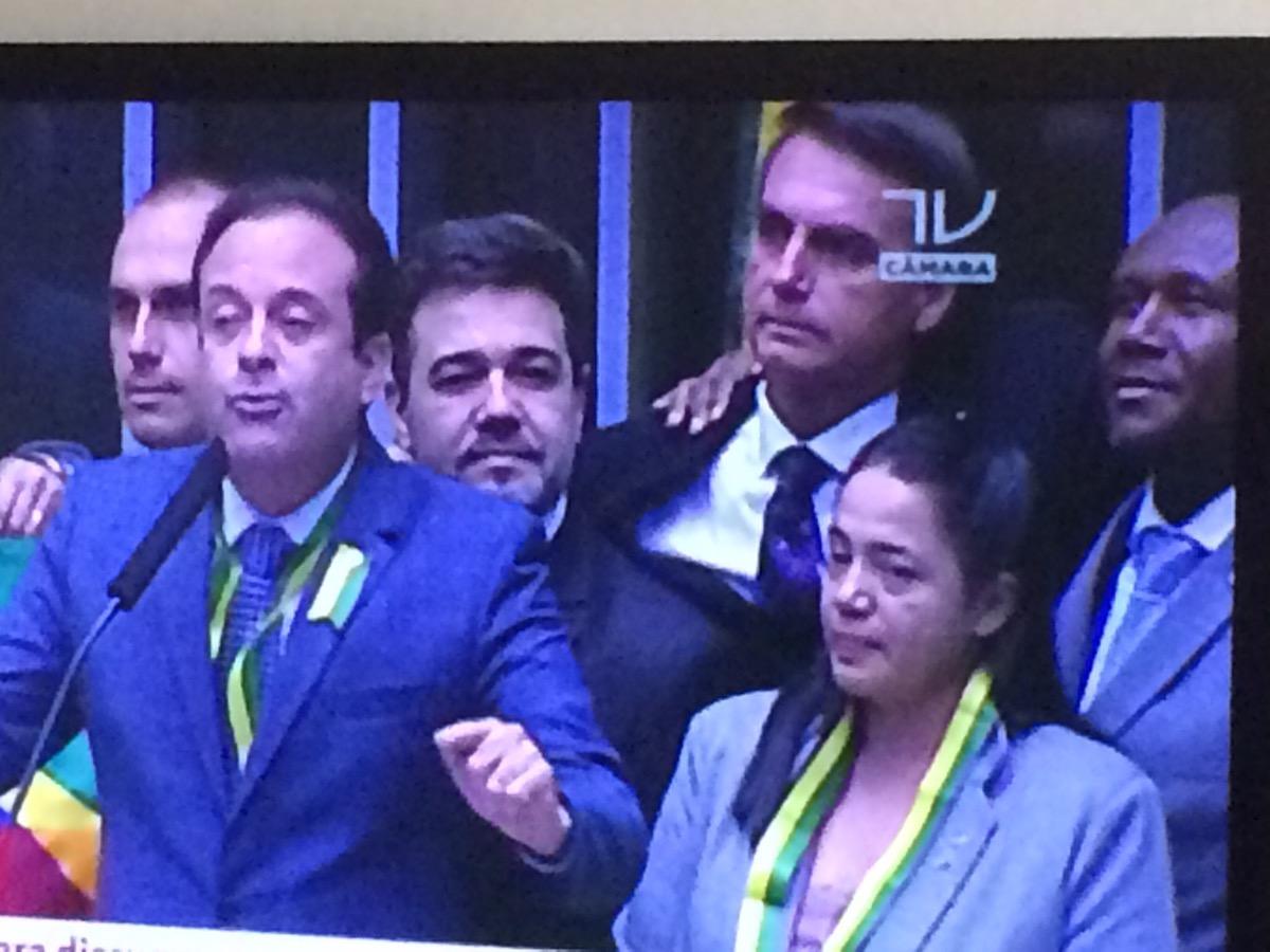 Bolsonaro e Lázaro aparecem no canto superior esquerdo da imagem da TV Câmara.