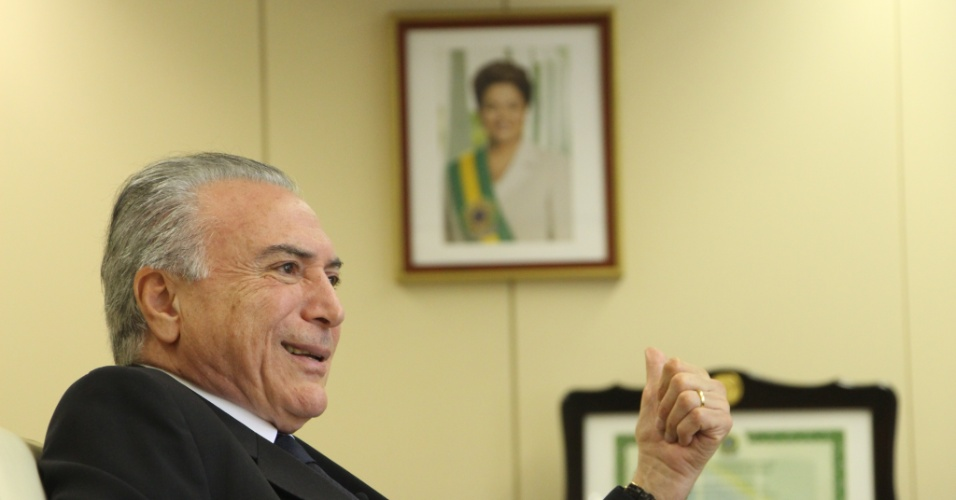 Michel Temer e a foto que ele quer derrubar da parede. Imagem: Kleyton Amorim/UOL.