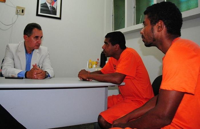 Secretário de Justiça Geraldo Reis conversa com Babau e Teity. Imagem da Secretaria de Justiça.