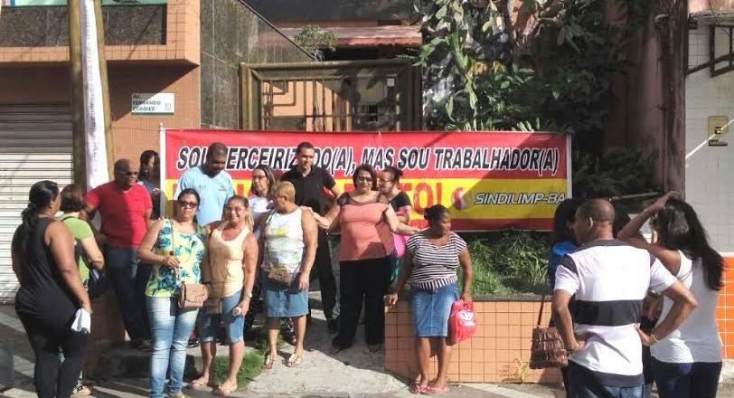 Trabalhadores se manifestaram em frente ao Núcleo Regional de Educação. Imagem: Blog do Bené.