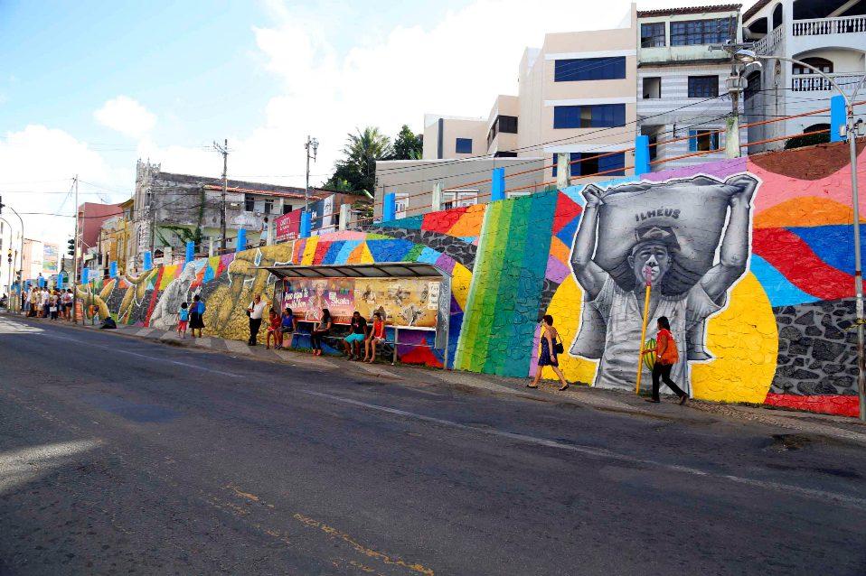 """Painel no """"paredão"""" da Rua Bento Berilo. Imagem: Secom-Ilhéus."""