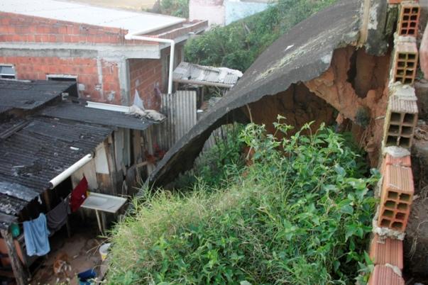 Imagem de Marcelo Silveira mostra o que restou de uma encosta no Alto do Nerival. Risco de desabamento é grande.