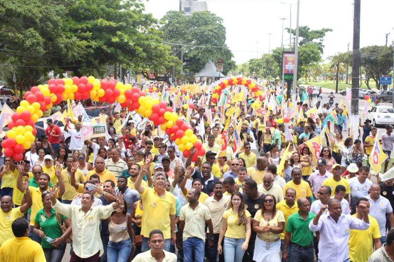 Multidão acompanha Bebeto e Uaquim na Avenida Soares Lopes.