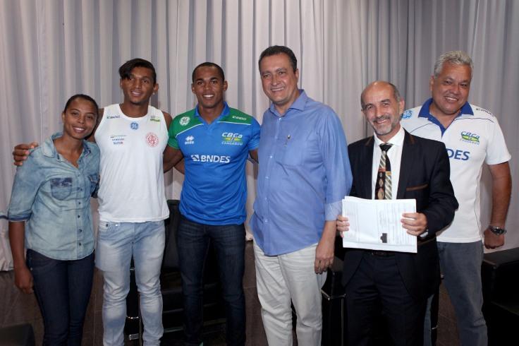 Rui Costa e os atletas Isaquias Queiroz e Erlon de Souza. Imagem: Matheus Pereira/GOVBA.