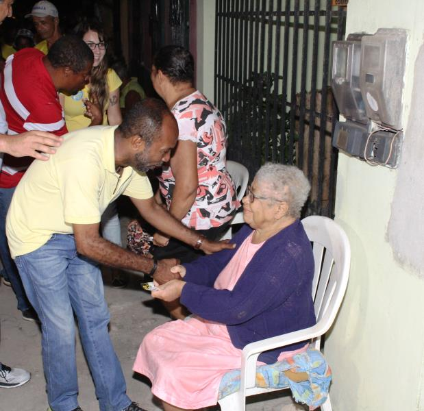 Bebeto cumprimenta idosa no Pontal.