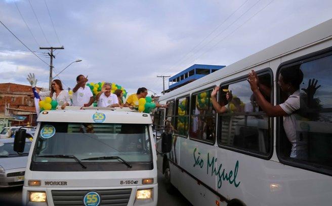 Passageiros de ônibus cumprimentam Marão. Imagem sintetiza espontaneidade que marcou essa campanha.