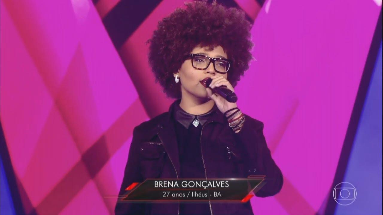 Brena Gonçalves no palco do The Voice Brasil. Imagem da TV Globo.