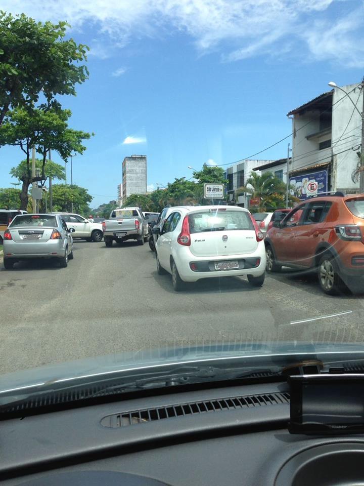Leitor do Blog do Gusmão registrou esta imagem na última quinta-feira, 29, em frente ao Colégio São Jorge, na Avenida Soares Lopes, em Ilhéus. Segundo ele, a cena é comum: carros parados no meio da pista à espera da saída dos estudantes. Esse comportamento de alguns pais e outros responsáveis prejudica o trânsito no local.