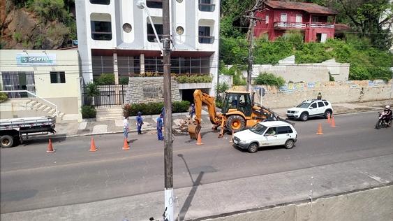 Funcionários da Embasa realizam obra emergencial na Avenida Osvaldo Cruz. Imagem: Ascom-Embasa.