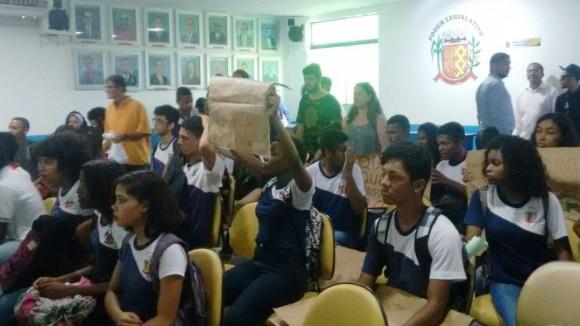 Estudantes na Câmara de Vereadores de Ilhéus. Imagem: Ciro Zatele/Cidade Informe.