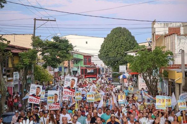 Multidão na caminhada da vitória.