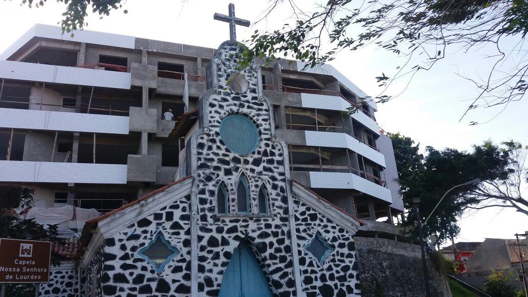 """A histórica Igreja de Nossa Senhora de Vitória e o """"novo vizinho""""."""