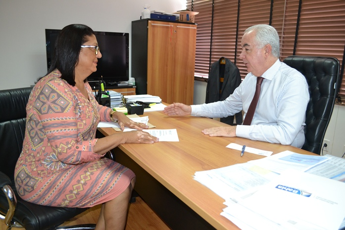 Deputada Ângela Sousa durante audiência com o secretário de infraestrutura da Bahia, Marcus Cavalcanti.