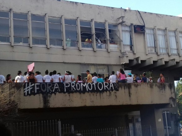Manifestantes pedem saída de promotora. Imagem: Pimenta.