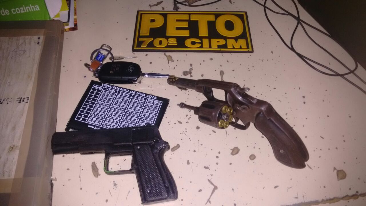Acusados estavam com revólver calibre 38 e pistola falsa.
