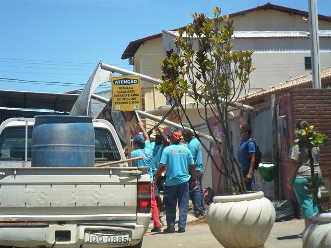 Servidores da prefeitura retiram ponto de ônibus antigo da 13 de Maio. Imagem: Thiago Dias/Blog do Gusmão.