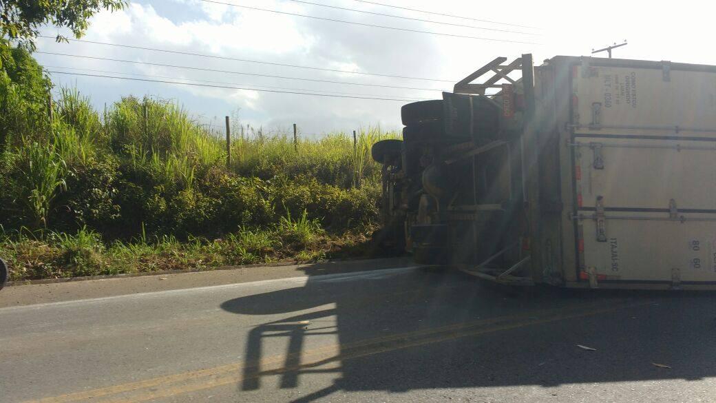 Caminhão virado na pista.