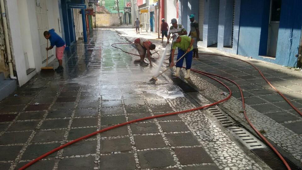 Funcionários da Solar Ambiental limpa Calçadão da Marquês de Paranaguá.