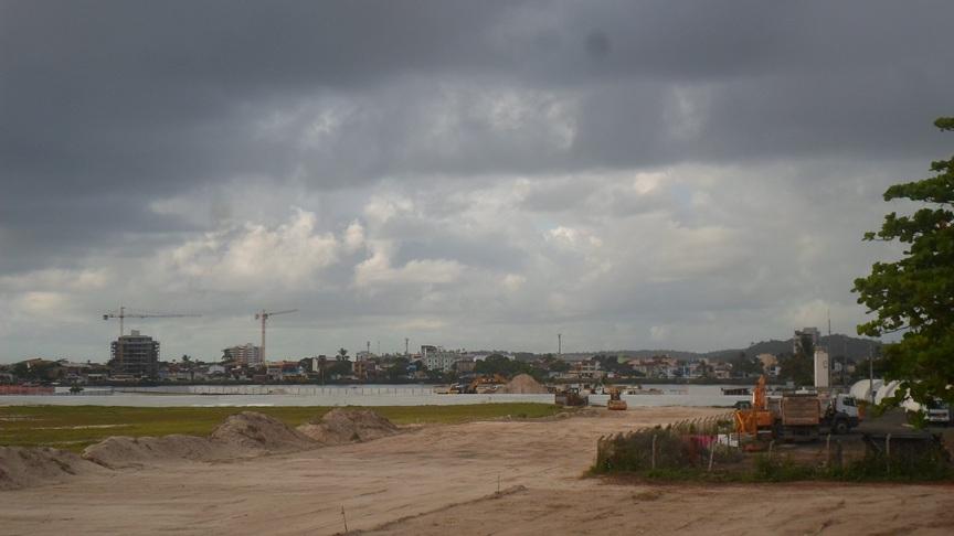Operário opera rolo compressor na área que vai receber pistas de acesso da nova ponte Ilhéus-Pontal. Imagem: Thiago Dias/Blog do Gusmão.