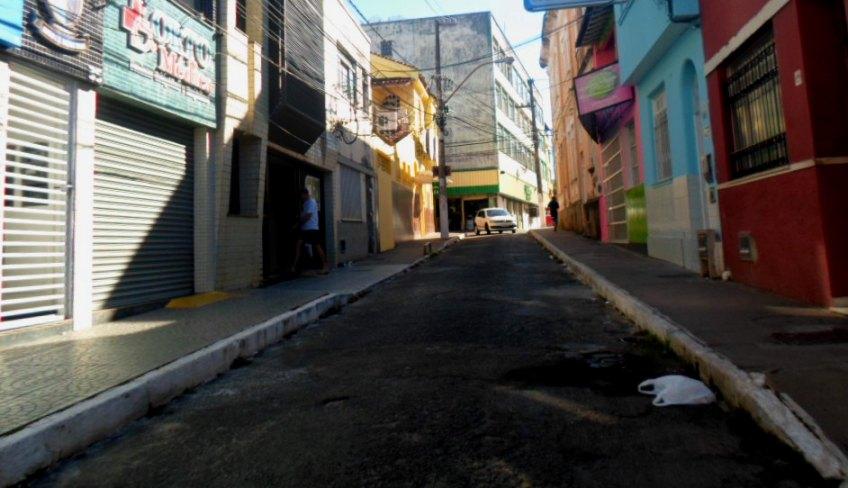 Registrada por volta das 14h45min desta sexta-feira, imagem mostra rua praticamente vazia no Centro de Ilhéus.