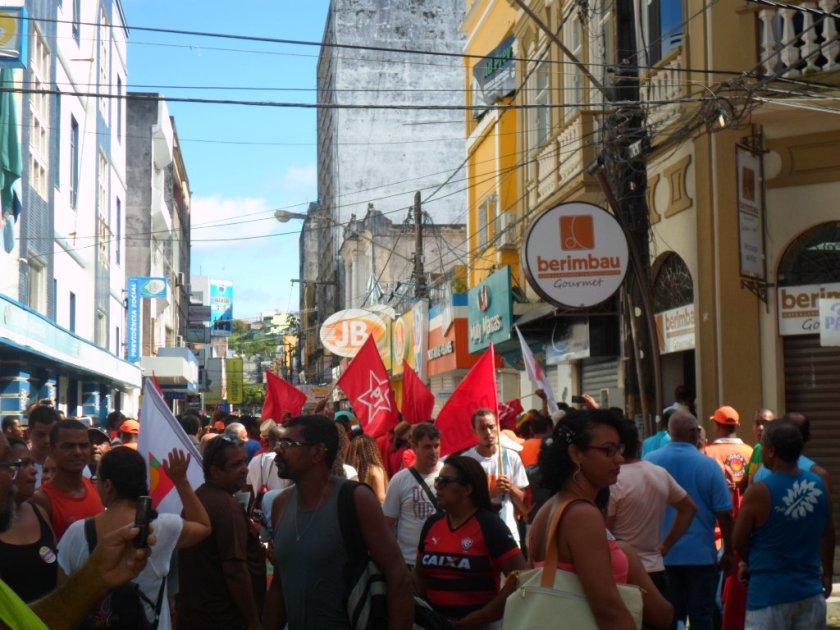 Trabalhadores durante protesto no Centro de Ilhéus. Imagem: Thiago Dias/Blog do Gusmão.