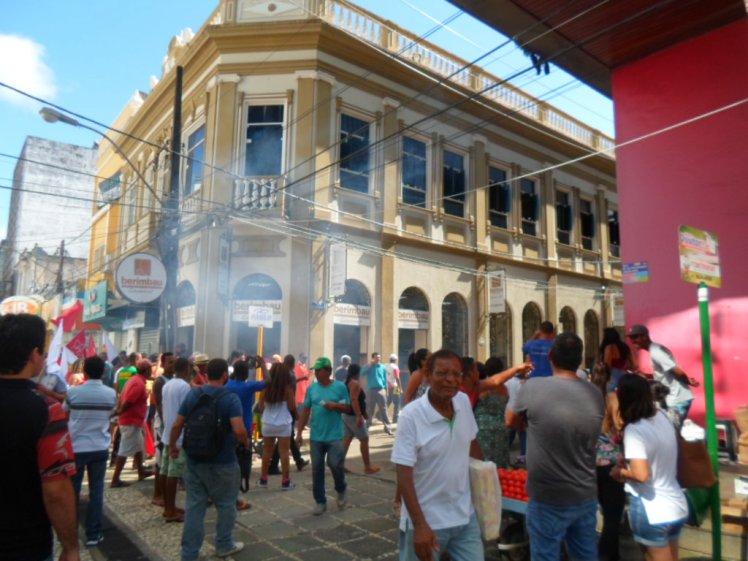Bomba explodiu diante de uma lanchonete no calçadão da Marquês de Paranaguá. Imagem: Thiago Dias/Blog do Gusmão.