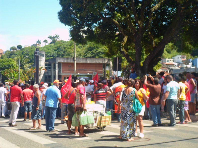 Manifestantes concentrados na Praça Cairu, Centro de Ilhéus. Imagem: Thiago Dias/Blog do Gusmão.