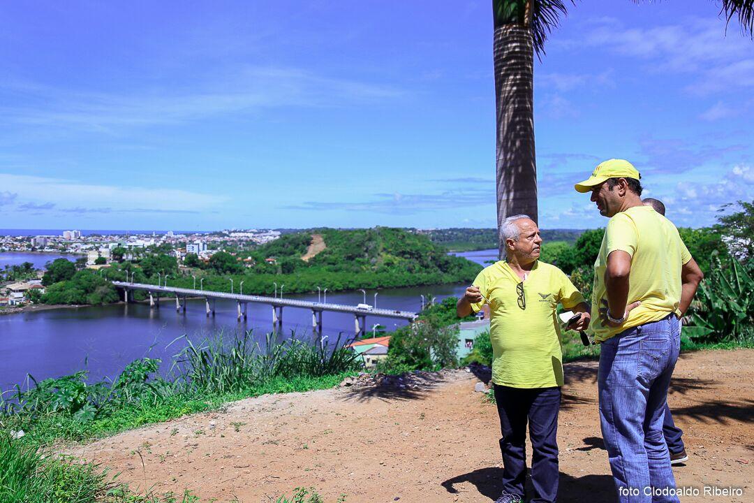 O vereador Paulo Carqueija e o prefeito Mário Alexandre durante visita ao mirante. Imagem: Secom-Ilhéus.